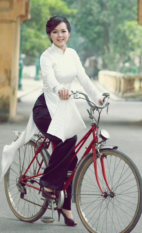 Miss-AutoPro-2011-Tran-Thanh-Hoai-xe-dap-co (1)